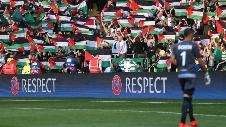 پرچم فلسطین در دست هواداران باشگاه سلتیک اسکاتلند